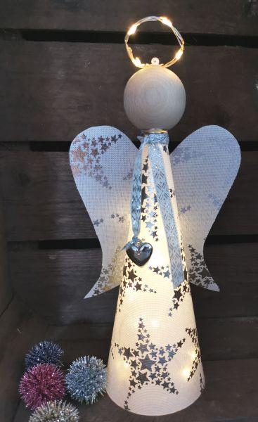 1 Bastelpackung, mittlerer Glücksengel Hannah mit Beleuchtung