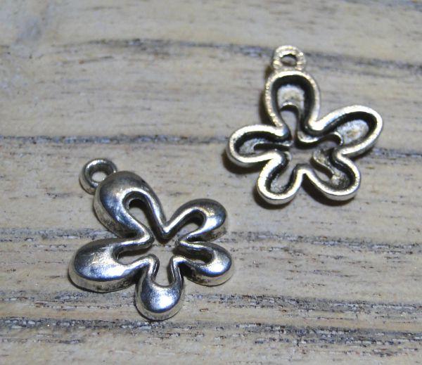 1 Anhänger Blume offen silber/platin Metall 15x17mm Charms 16021