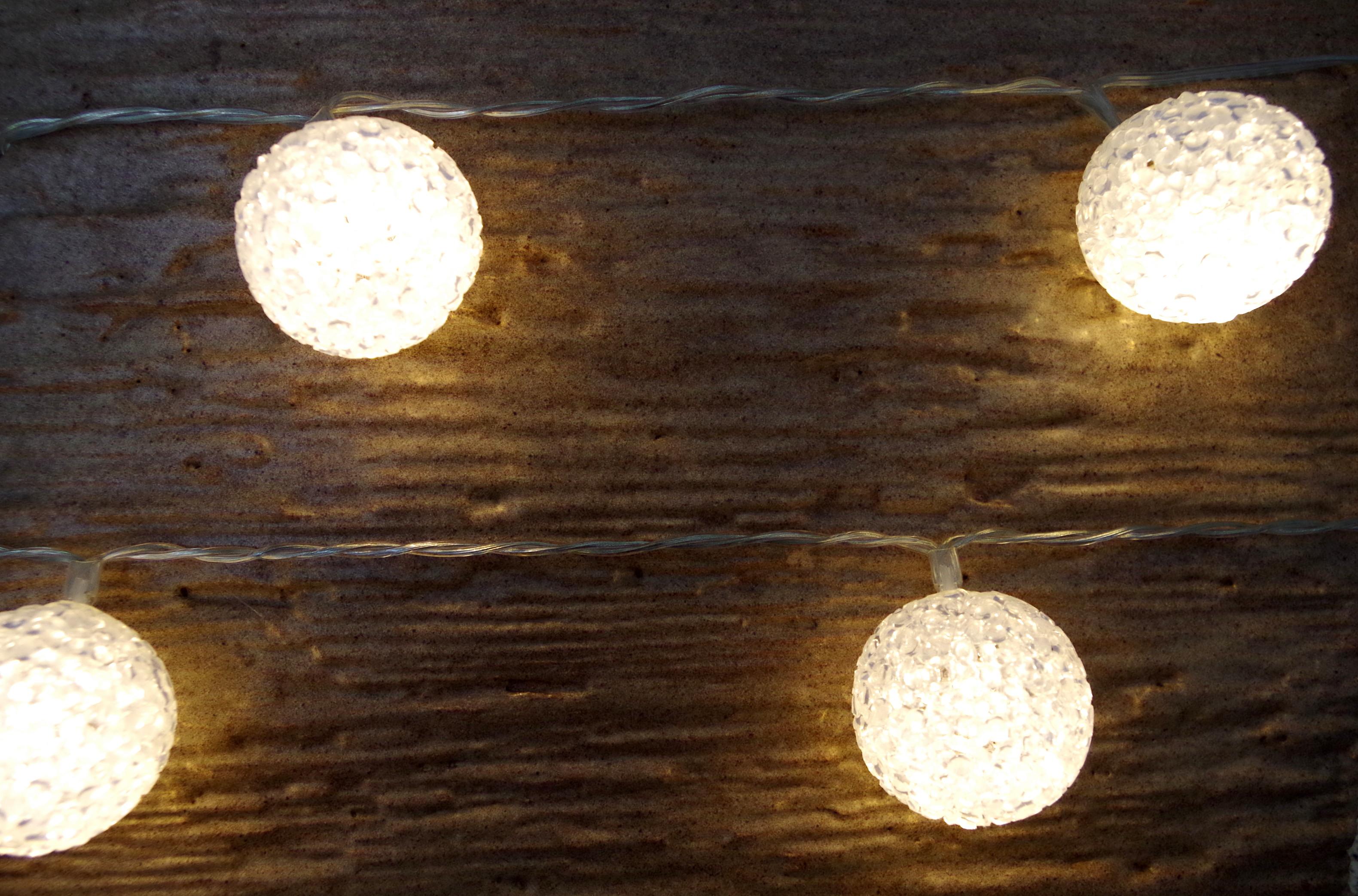 led lichterkette mit beleuchteten kunststoffb llen dekotrend24. Black Bedroom Furniture Sets. Home Design Ideas
