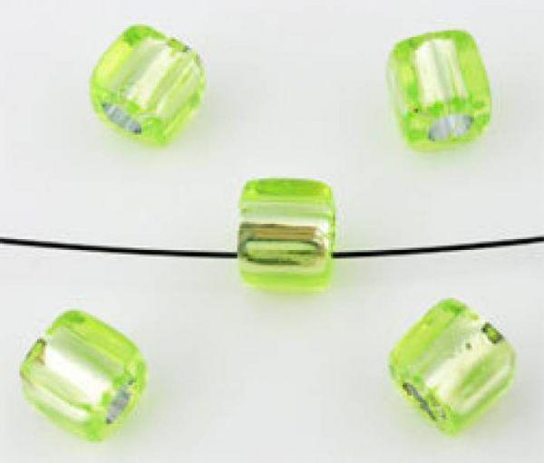 20 Kunststoffperlen grün 7mm Kubus mit Silberfolie 09878